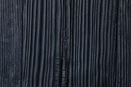 黒燃焼中の炭化木片、杉や松家サイディング背景、木の穀物をもたらすと腐敗の昆虫からそれを保護する日本 Yakisug 寿スギ禁止火災木材保存技術
