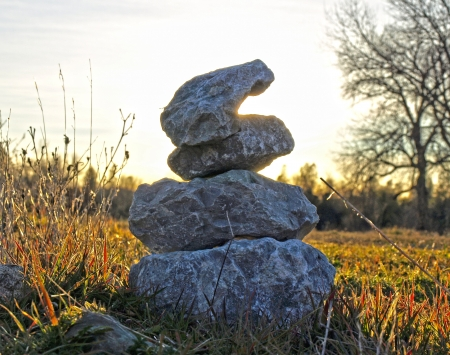 Stacked rocks against a sunlit background Imagens