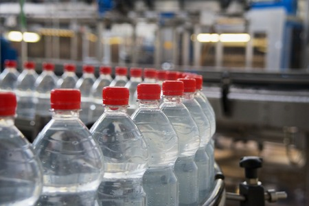 automatically: Bottling of mineral water in plastic bottles
