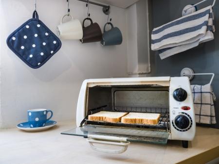 Zwei Stücke von toases im Ofen Standard-Bild - 23834891