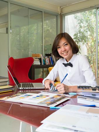 컴퓨터 그래픽: 홈 사무실에서 일하는 아시아 여성 인테리어 디자이너의 초상화