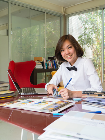 decor graphic: Ritratto di donna asiatica interior designer lavora in ufficio casa