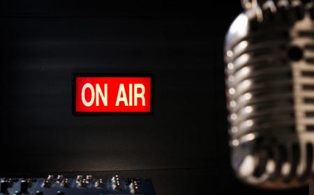 sonido: iluminación de letrero en el aire en el estudio de sonido y micrófono retro está foreground