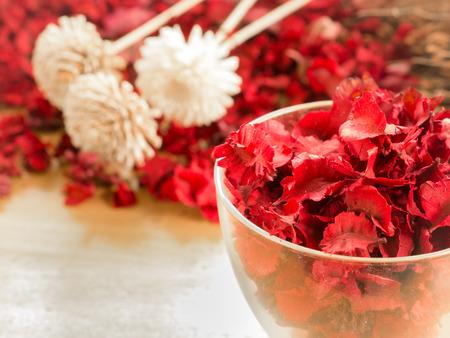 flores secas: Red flores secas y hojas de vidrio sobre un fondo placas de madera (espacio, Composici�n y el desenfoque de fondo para el texto)