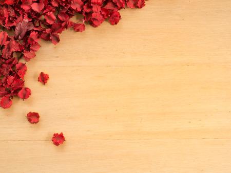 flores secas: Marco de Red Flores secas y hojas sobre un fondo placas de madera (espacio y la composici�n para el texto)