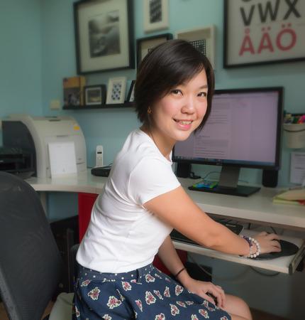 Portrait der asiatischen Frau mit Computer im Büro zu Hause lächeln und schauen in die Kamera Standard-Bild - 38959766