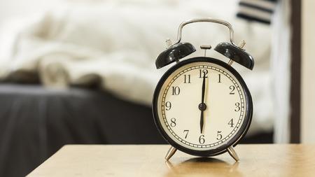 reloj: Reloj despertador negro retro muestran seis de la ma�ana para despertar up.Background un dormitorio.