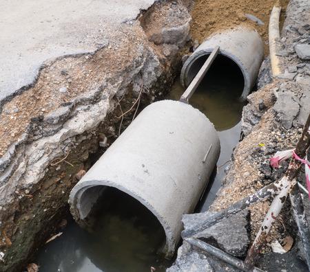 Straße bohrt für die Entwässerung der Drain- Standard-Bild - 41047431