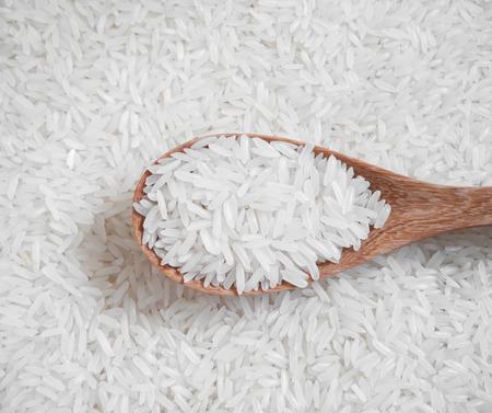 Weißer Reis in der hölzernen Löffel und auf Reis Hintergrund Standard-Bild - 43938556