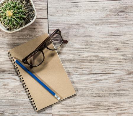 lapiz y papel: Rel�jese lugar de trabajo - Vista superior de anteojos y el l�piz en un bloc de notas (espacio y la composici�n para el texto) Foto de archivo