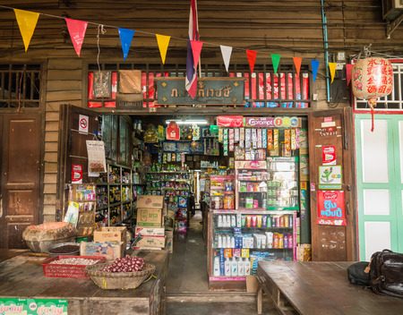 CHACHOENGSAO, THAILAND- JULY 22, 2015: Vintage old style of grocery store in Klong Suan100 Year Old Market. This market charming wooden shop houses selling vintage items and tasty local food. Editoriali