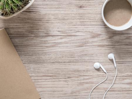 최고 목조 배경에 이어폰, 노트북 및 커피보기 (공간 및 텍스트 구성)