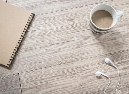 Top-Blick auf Ohrhörer, Notebook und Kaffee auf Holzuntergrund (Space und Komposition für Text) Standard-Bild - 44590036