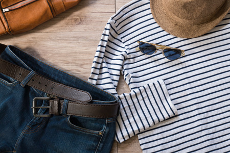 moda ropa: Vista superior de la ropa y los accesorios de la vendimia en el fondo de madera