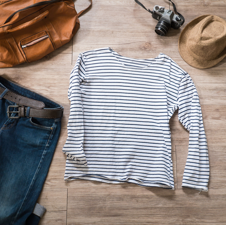 Top-Blick auf Vintage-Kleidung und Accessoires auf dem hölzernen Hintergrund Standard-Bild - 45522028