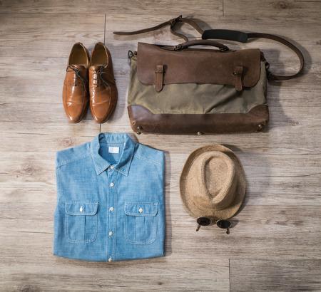 hombre con sombrero: Vista superior - la ropa masculina de la vendimia y los accesorios en el fondo de madera Foto de archivo