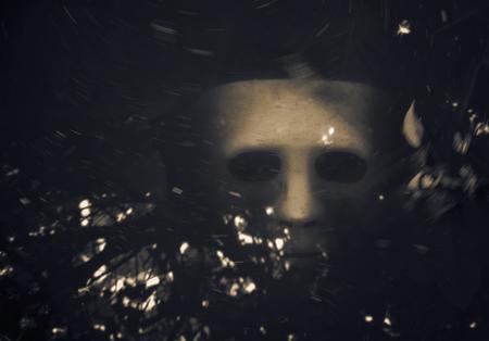 ahogarse: Blanca Scary m�scara de Halloween se ahogan en el agua