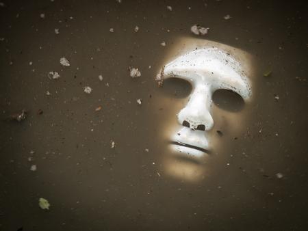 ahogarse: Blanca Scary máscara de Halloween se ahogan en el agua