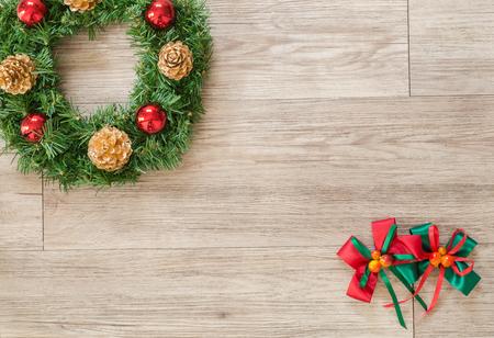 cintas navide�as: Corona de Navidad y el arco de la cinta en el fondo de madera (composici�n y el espacio para el texto)