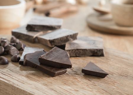Dunkle Schokolade mit Kakao auf Holztisch