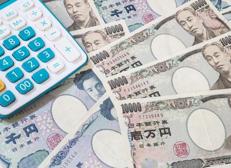 Japan Geld - Japanische Yen Währung und Rechner Standard-Bild - 60531110