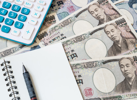 Japan Geld - Rechner, Notebook und Bleistift auf japanischen Yen Währung Standard-Bild - 60531111