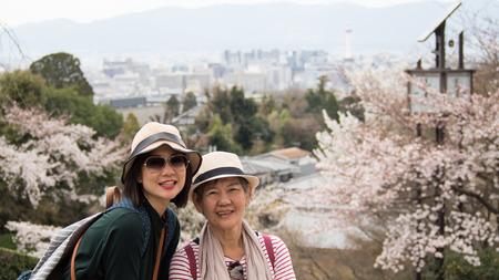 Asiatische Frauen Porträt - Senior Mutter und Erwachsene Tochter suchen und lächelnd in die Kamera. Hintergrund ist Schießen Landschaft Kyoto Kiyomizu-dera-Tempel, Kyoto, Japan Standard-Bild - 65299595