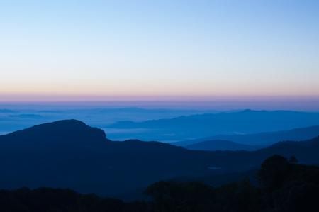 Landschaft des Sonnenaufgangs und des Berges an Nationalpark Doi Inthanon, Chiangmai - Thailand Standard-Bild - 89468106