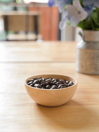Röstkaffeebohnen in der hölzernen Schüssel Standard-Bild - 89468111