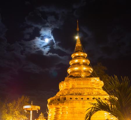 Goldene Pagode bei Wat Phra That Sri Chom Thong Worawihan in Provinz Chiang Mai, Thailand Standard-Bild - 89469972