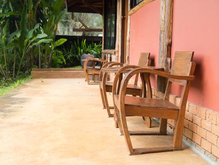 Holztisch und Stuhl vor einer Wand Standard-Bild - 93942081