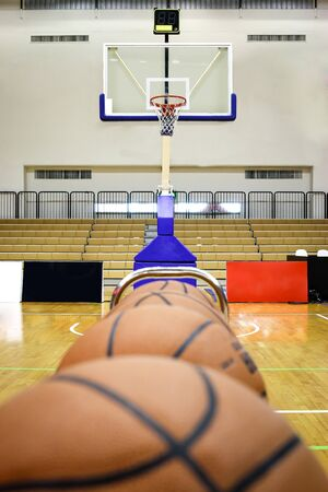 The basketball ball is placed in a row in the stadium. 版權商用圖片 - 142943710
