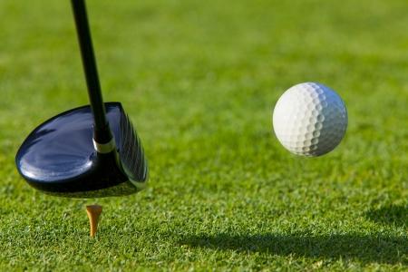 골프 공은 골프 코스에서 드라이버로 티 오프 충돌 스톡 콘텐츠