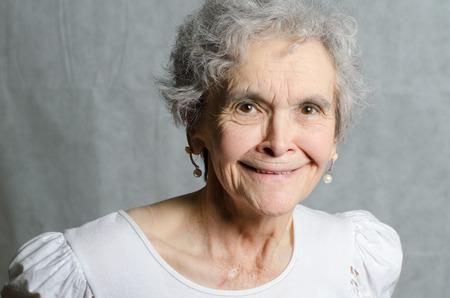 femme qui rit: vieille femme qui rit Banque d'images