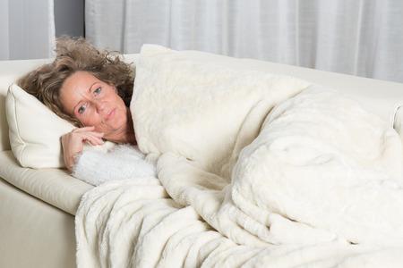 kanapa: kobieta relaks na kanapie