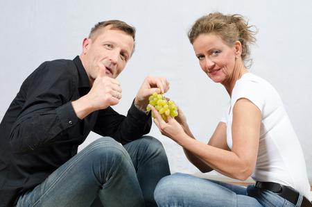 pareja comiendo: par de comer uvas Foto de archivo