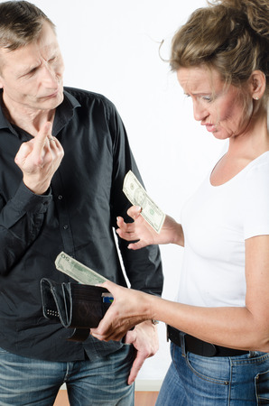 pareja discutiendo: couple arguing about money