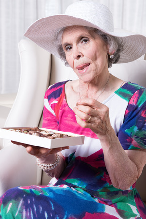 bonbon chocolat: femme earing principal actif de bonbons au chocolat