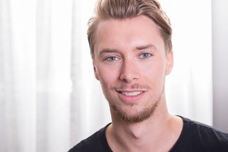 blonde yeux bleus: jeune homme sportif avec t-shirt noir Banque d'images
