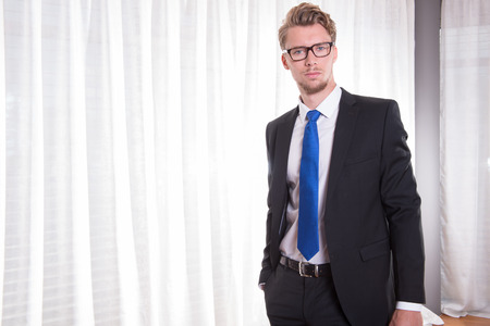 rubia ojos azules: joven inteligente Retrato de traje y corbata