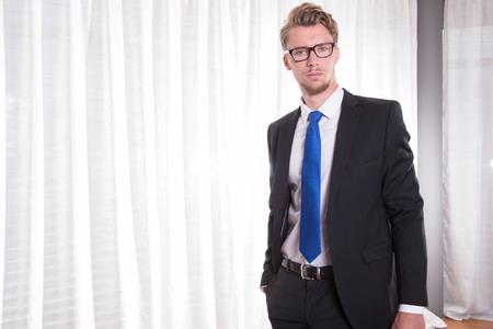 blonde yeux bleus: Portrait intelligent jeune homme en costume et cravate