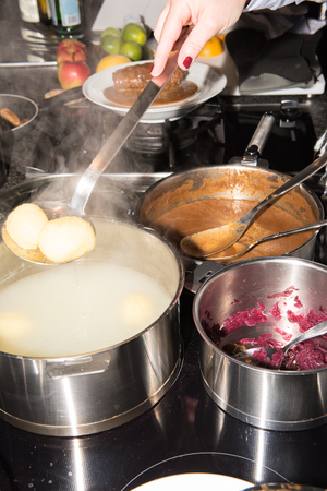 red cabbage: cooking roulades, dumplings and red cabbage