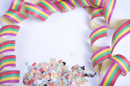 serpentinas: confetty y serpentinas de colores sobre fondo blanco