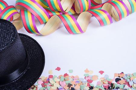 serpentinas: serpentinas y confeti para carnaval en blanco backgtound