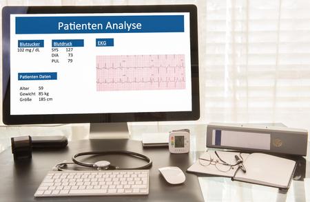 stempel: Arztarbeitsplatz mit Patientenanalyse auf dem Computerbildschirm