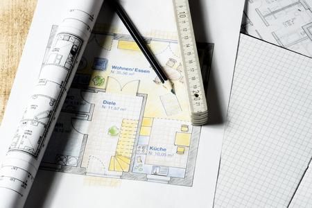 holz: Arbeitsplatz eines Architekten mit Grundrissen