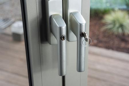 Schlösser an Glastüren zum Garten als Verteidigung für einen Durchbruch in