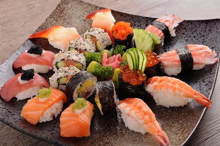 atún: Plato de sushi variado en un plato cuadrado Foto de archivo