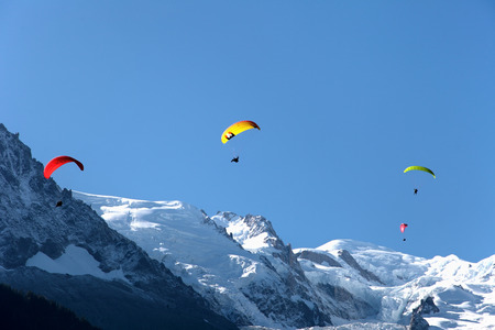 Paragliding in Chamonix with Mont Blanc background Imagens