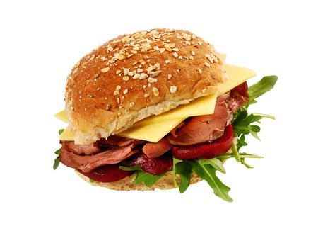 Rosbief en kaas broodje sandwich op geïsoleerde witte achtergrond Stockfoto